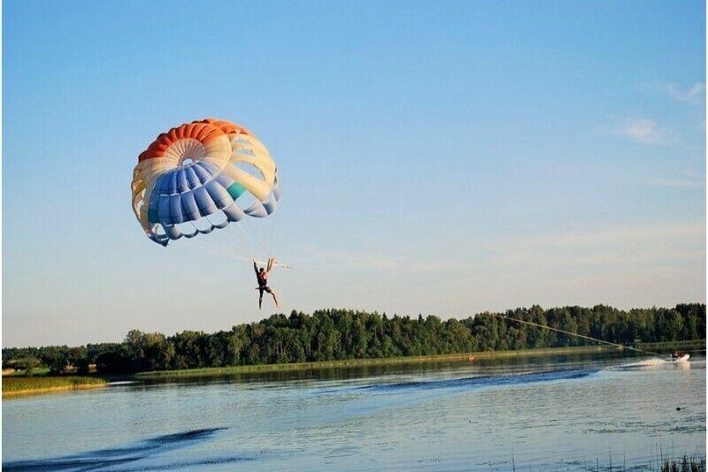 Parasailing - прыжок с парашютом над озером в Аникщай