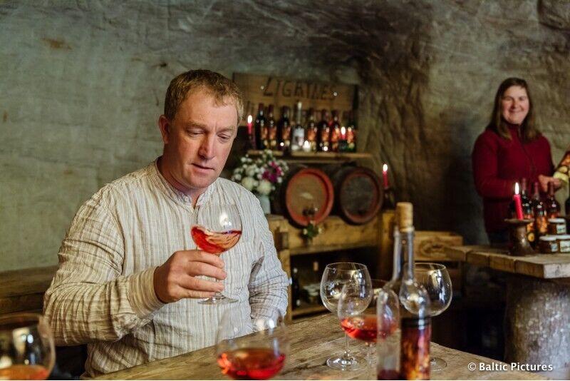 Romantisks vīna degustācijas pasākums smilšakmens alā sveču gaismā 4 personām