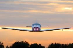 Lidojums ar lidmašīnu ar iespēju pilotēt patstāvīgi