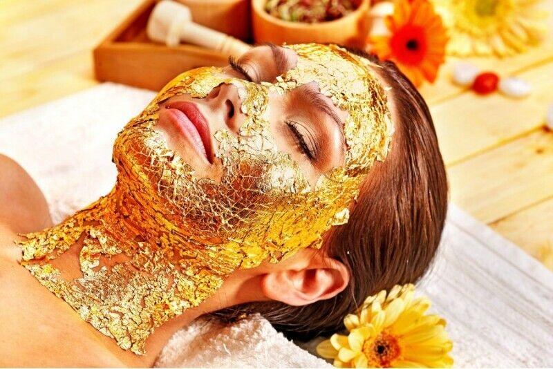 Sejas ādas atjaunošanas procedūra ar 24 karātu zelta masku