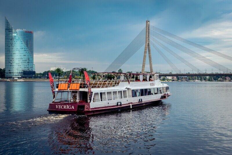 """""""Rīgas panorāmas reiss"""" brauciens pa Daugavu ar Atpūtas kuģīti """"VECRĪGA"""""""