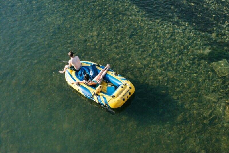 Krāšņo iežu brauciens pa Gauju četrvietīgā piepūšamajā laivā