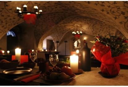 Романтическая встреча в средневековые времена в замке Яунпилс