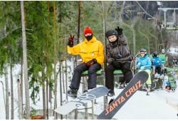 Aizraujošs slēpošanas vai snovošanas vakars uz kalna atpūtas parkā Ozolkalns