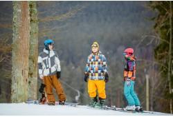 Romantisks slēpošanas vai snovošanas vakars uz kalna atpūtas parkā Ozolkalns