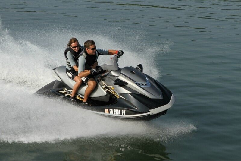 Elpu aizraujošs izbrauciens ar ūdens motociklu no Labākās vasaras