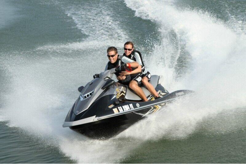 Brauciens ar ūdens motociklu no Labākās vasaras