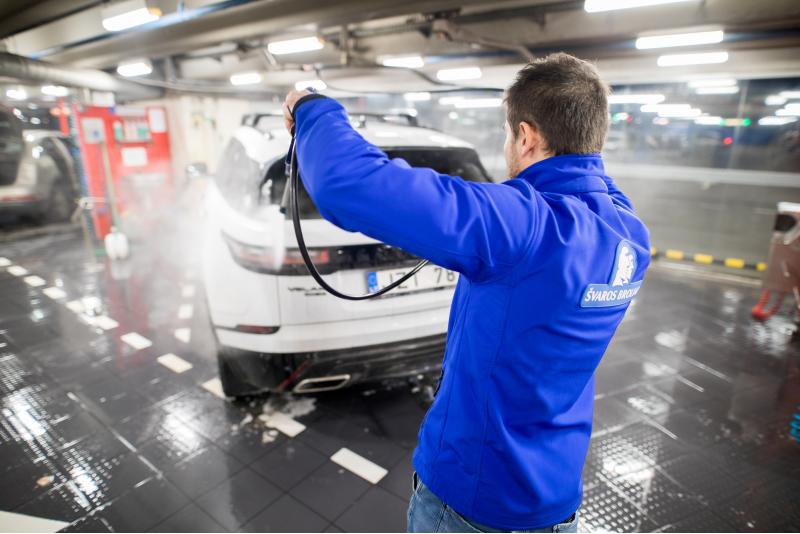 """Vieglās automašīnas Premium tīrīšana automašīnu tīrīšanas centrā """"Švaros broliai"""" Viļņā"""