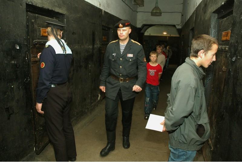 Noslēpumaina ekskursija ar šova elementiem Karostas cietumā Liepājā