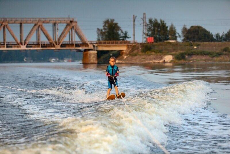 Ūdensslēpošana aiz motorlaivas no Ski & Wake Jurmala