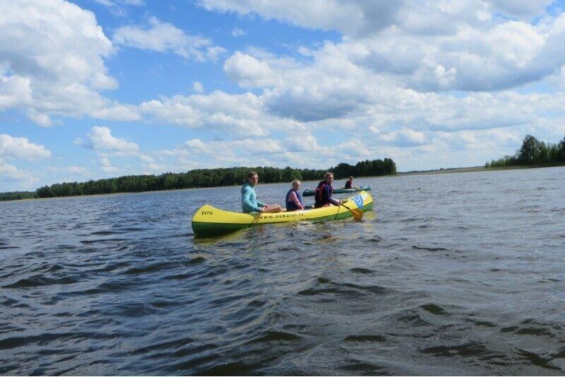 Brauciens ar kanoe laivām un velosipēdiem