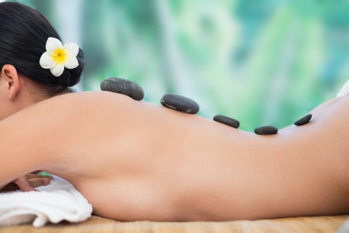 Muguras masāža + masāža ar aukstajiem un karstajiem akmeņiem + gaismas terapija