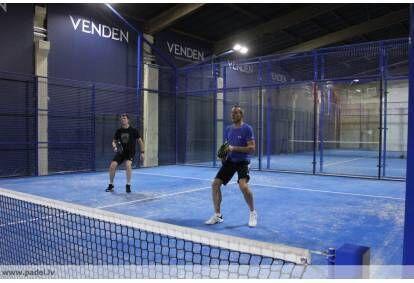 Padel tenisa spēle Rīgā