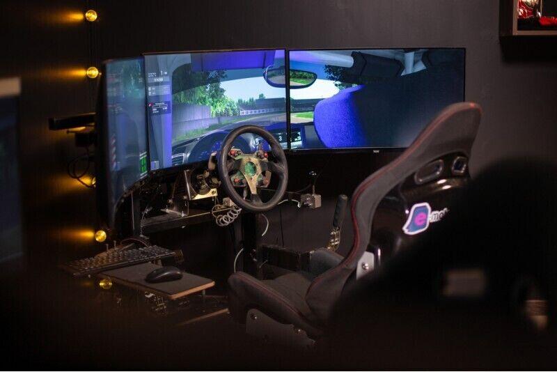 1 stundas izbrauciens ar profesionāliem auto sacīkšu simulatoriem 2 personām