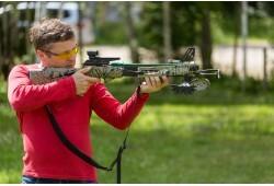 Šaušanas apmācība ar dažādu veidu lokiem un otru ieroci pēc izvēles divām personām