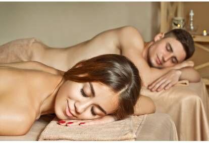 Romantiska aroma masāža ar dabīgajām ēteriskajām eļļām pārim