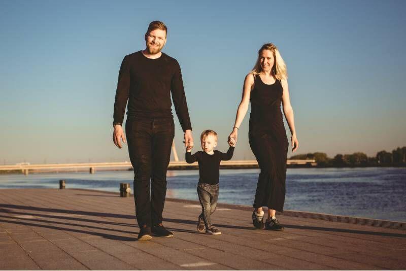 Ģimenes fotosesija brīvā dabā Rīgā