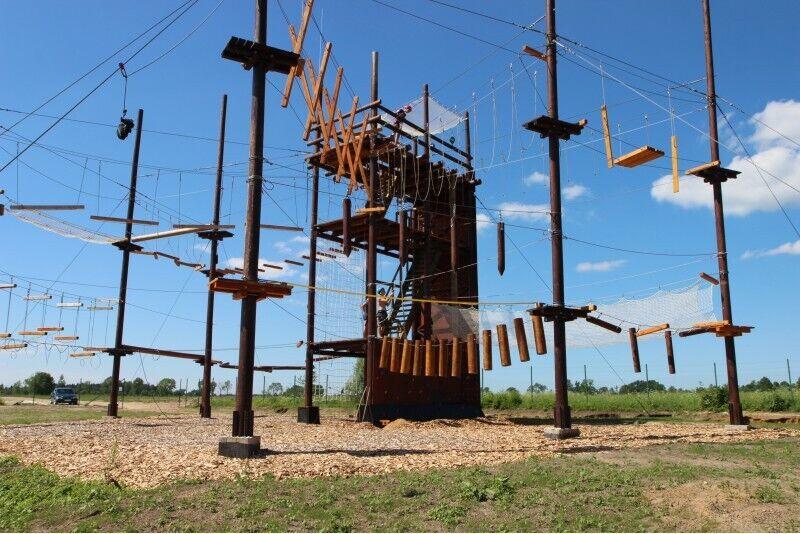 Визит башни приключений для семьи в областье Огре